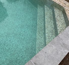 Liner pool with corner steps